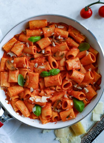 rigatoni pasta with red pepper sauce