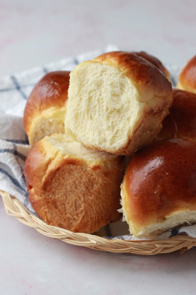 Image of dinner rolls inside of a wicker basket.